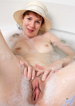 Mature Wet Pussy Porn Pictures